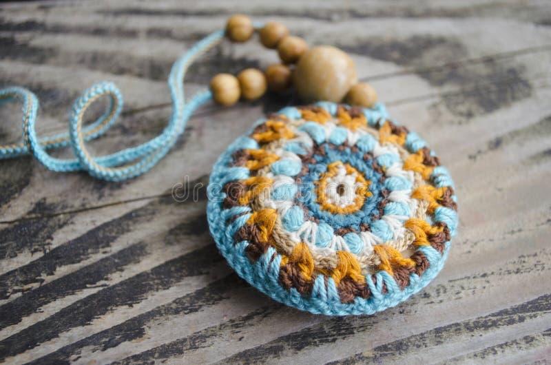 Accessoires faits main dans le style ethnique sur la table en bois Choses faites maison de crochet Modèle de crochet Fabrication  images libres de droits