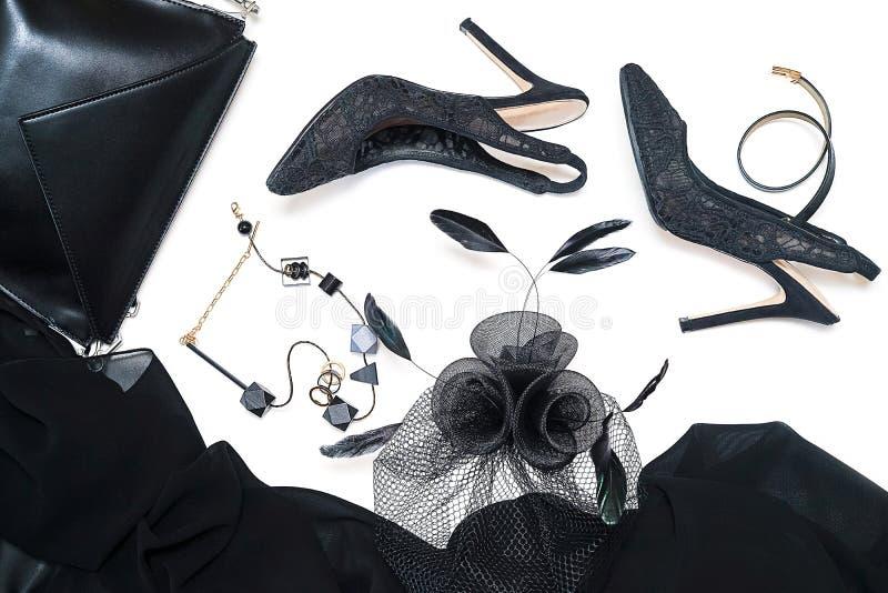Accessoires femelles de collection d'équipement de partie de Halloween noirs sur le fond blanc, chaussures, tissu avec des crânes photographie stock