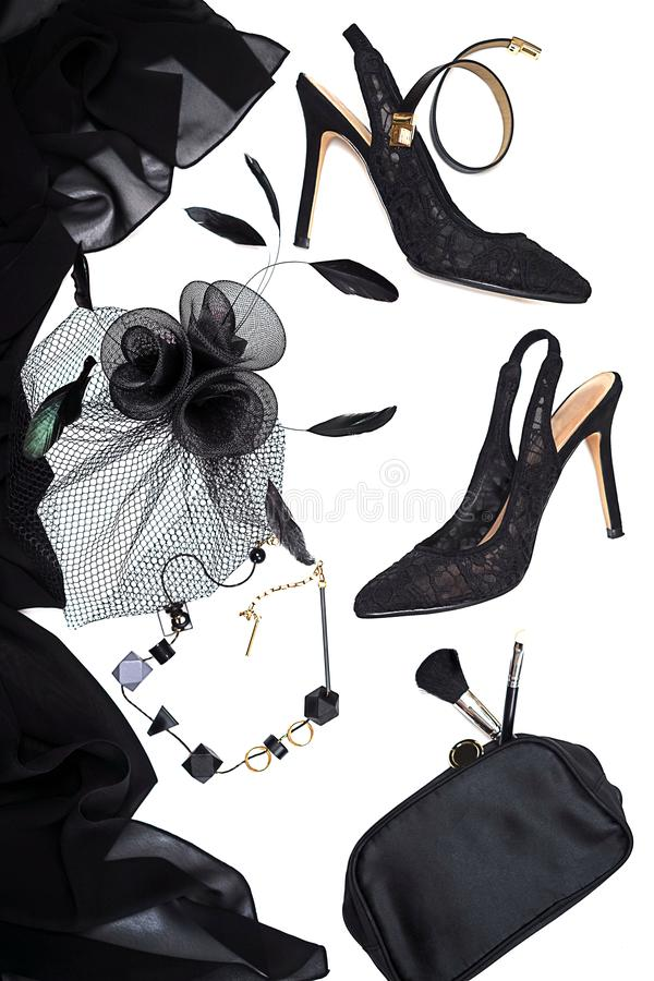 Accessoires femelles de collection d'équipement de partie de Halloween noirs sur le fond blanc, chaussures, tissu avec des crânes photographie stock libre de droits