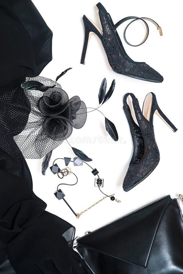 Accessoires femelles de collection d'équipement de partie de Halloween noirs sur le fond blanc, chaussures, tissu avec des crânes images libres de droits