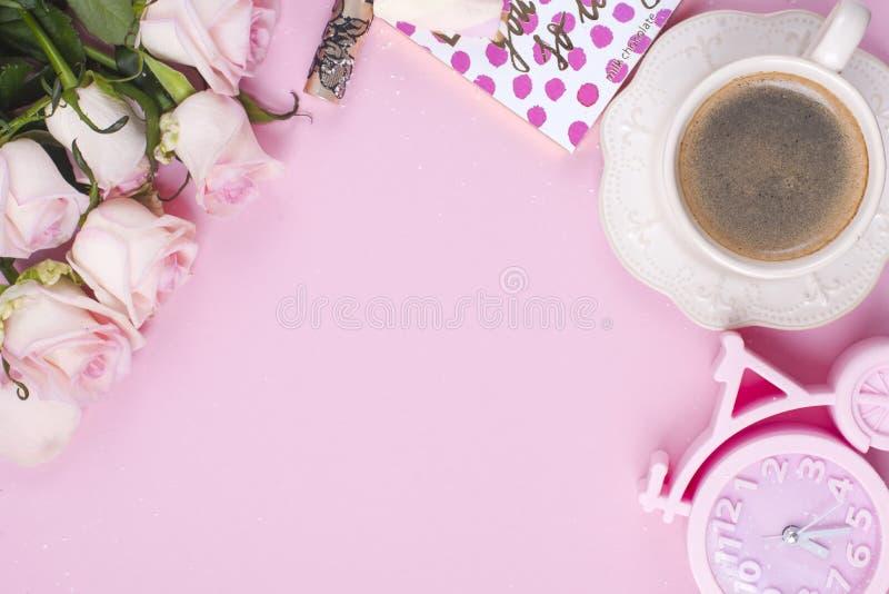 Accessoires image de configuration, de ` plats s de femmes, café de matin et fleurs des roses blanches sur un fond rose Copiez l' photographie stock