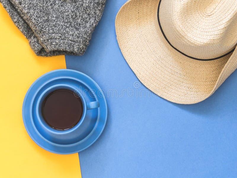 Accessoires plats de voyageur de configuration sur le fond coloré avec s vide photographie stock