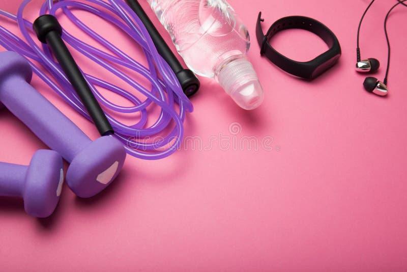 Accessoires pour faire la forme physique pour la perte de poids, l'espace vide pour le texte Rose, femme image stock