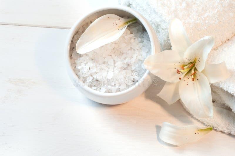 Accessoires pour le bain décoré du lis blanc image libre de droits