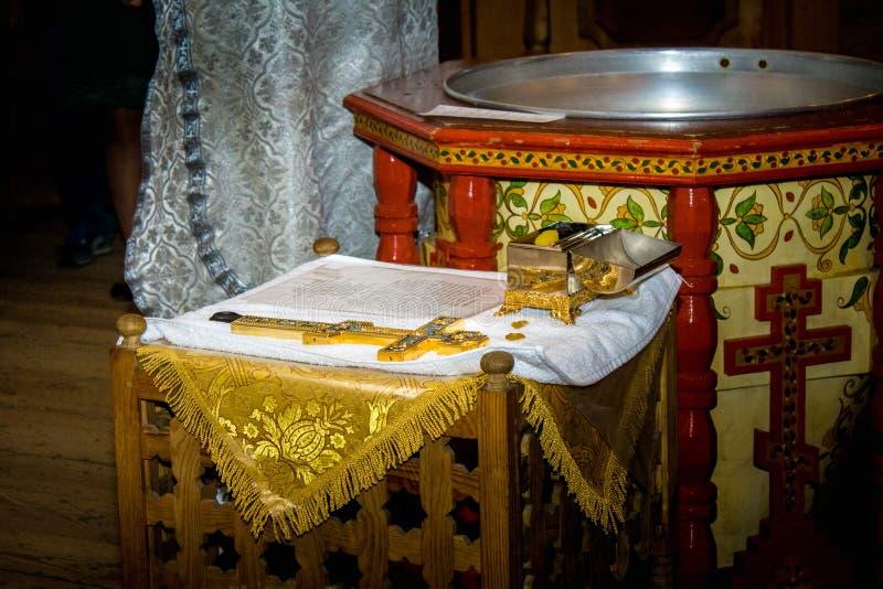 Accessoires pour le baptême des icônes d'enfants des bougies et de la police, croix, ciseaux, bible, l'église d'Ortodox Le sacrem photo stock