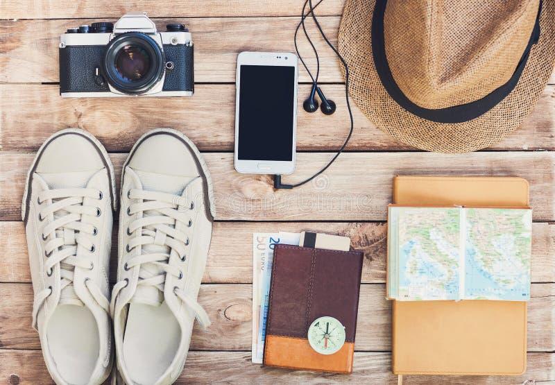Accessoires pour le voyage Le passeport, l'appareil-photo de photo, le téléphone intelligent et le voyage tracent Vue supérieure  image libre de droits
