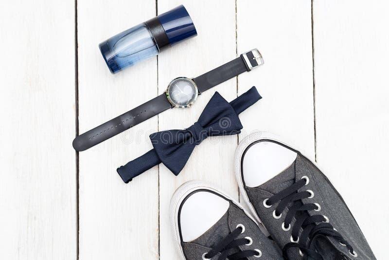 Accessoires pour les hommes et des chaussures sur un fond en bois blanc plat image libre de droits