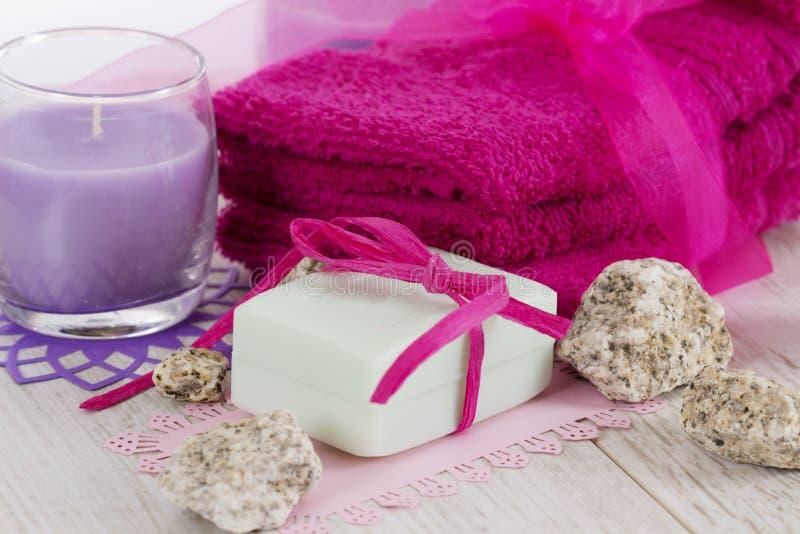 Accessoires, serviettes, savon et bougies de station thermale image libre de droits
