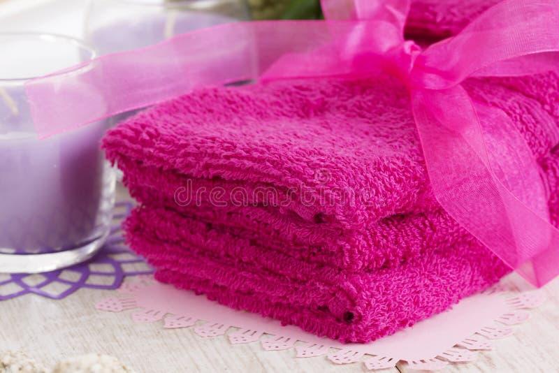 Accessoires, serviettes, savon et bougies de station thermale image stock
