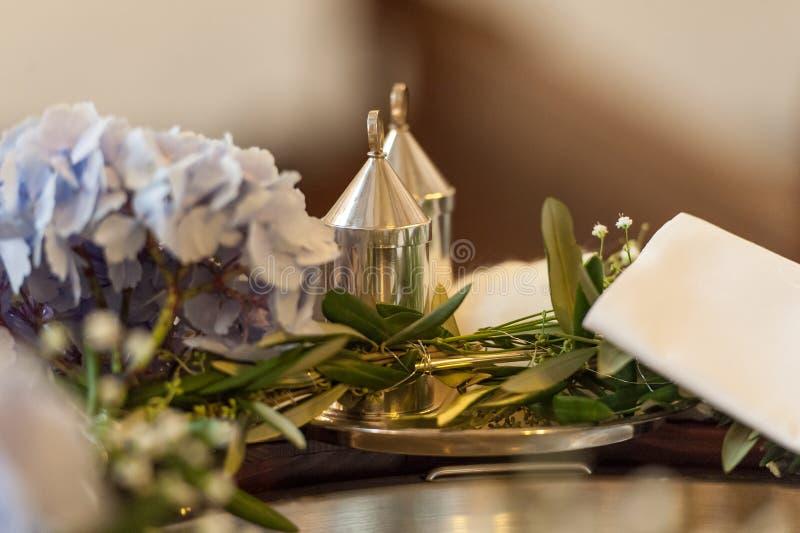 Accessoirs die voor huwelijksceremonie plaatsen in kerk royalty-vrije stock afbeeldingen