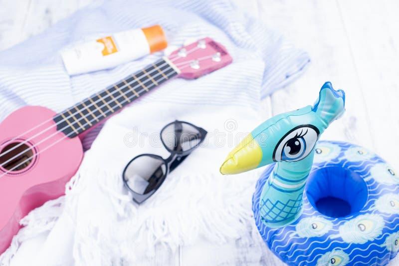 Accessori, chitarra ed occhiali da sole della spiaggia Buone vacanze Copi lo spazio immagine stock libera da diritti