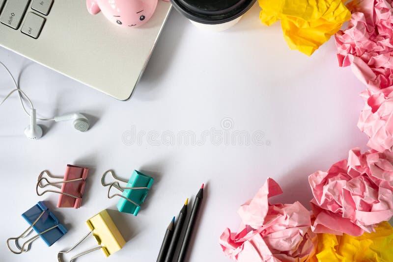 Accessori colourful creativi dell'ufficio e palla di carta sbriciolata sopra immagini stock libere da diritti