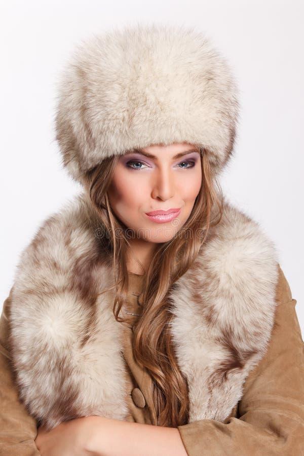 Accessori d'uso della pelliccia della donna graziosa immagini stock libere da diritti
