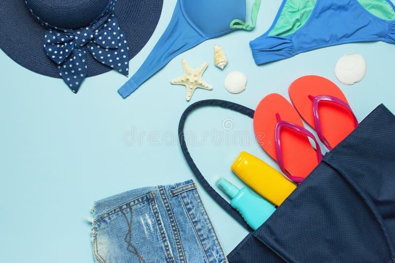 Accessori del mare di estate Spruzzo femminile del corpo della bottiglia della protezione solare delle stelle marine delle copert fotografia stock libera da diritti