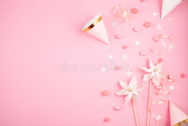 Accessori del partito delle ragazze sopra i precedenti rosa Invito, Bi immagine stock libera da diritti