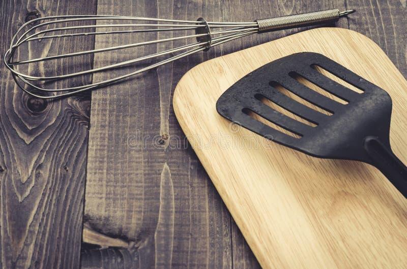 Accessori della cucina su un fondo di legno scuro/accessori della cucina su un fondo di legno scuro Vista superiore Con lo spazio immagini stock