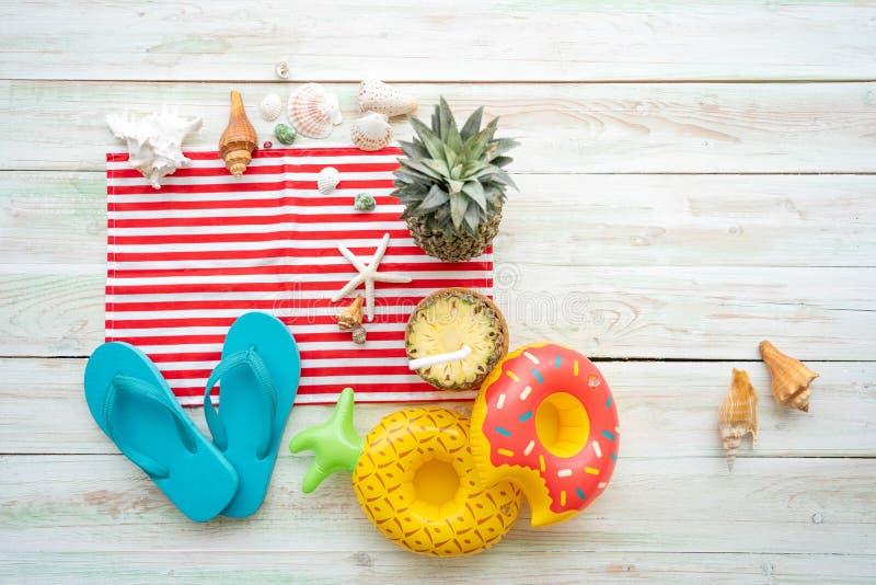 Accessori della spiaggia di concetto di estate sulla plancia bianca fotografia stock libera da diritti