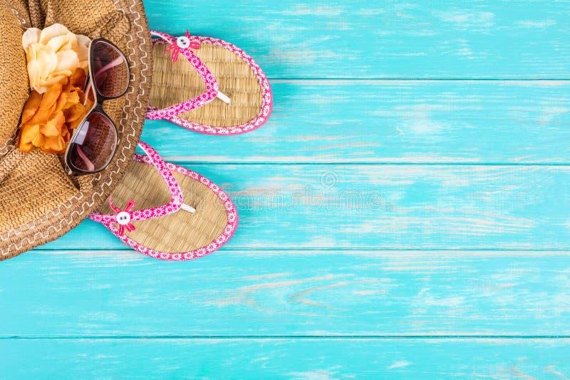 Accessori della spiaggia sulla tavola di legno del turchese fotografia stock libera da diritti