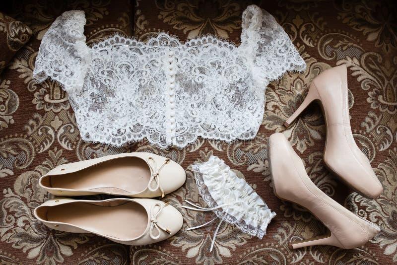 Accessori della sposa: merletti la blusa, la giarrettiera, gli appartamenti di balletto, scarpe a tacco alto immagini stock libere da diritti