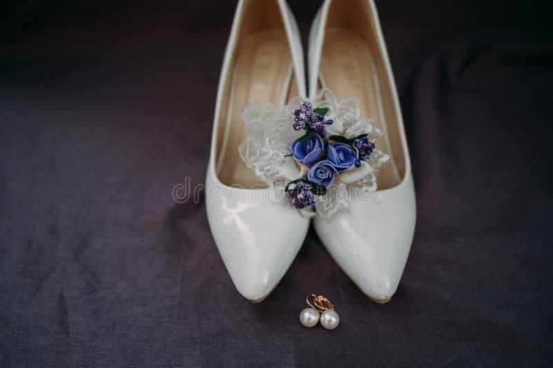 Accessori della sposa: merletti la blusa, la giarrettiera, gli appartamenti di balletto, scarpe a tacco alto fotografia stock