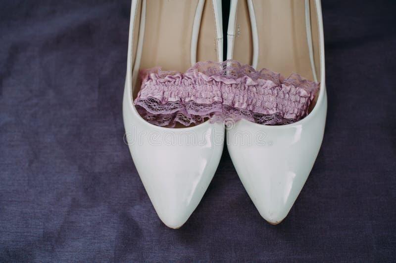 Accessori della sposa: merletti la blusa, la giarrettiera, gli appartamenti di balletto, scarpe a tacco alto immagine stock