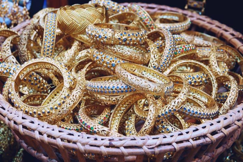 Accessori di lusso dell'oro nello stile antico tailandese con la donna di nozze fotografia stock
