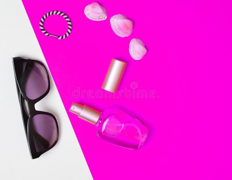 Accessori di modo femminili su un fondo al neon bianco rosa immagini stock libere da diritti