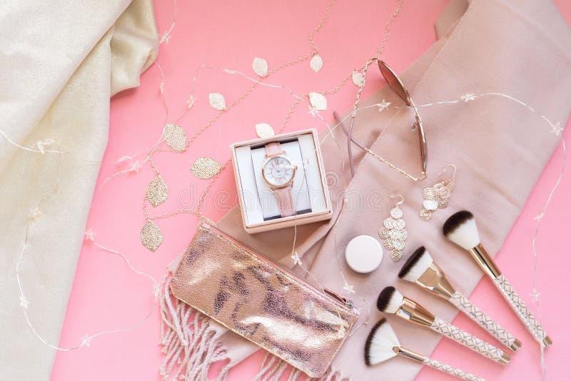 Accessori di modo rosa e rosa dell'oro fotografia stock libera da diritti