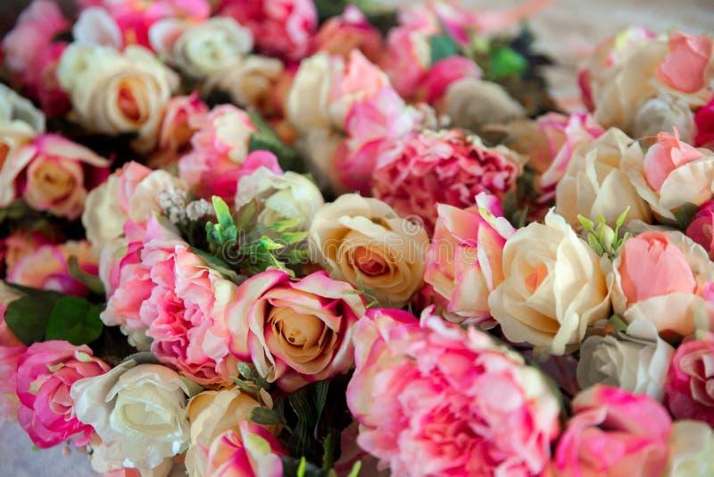 Accessori di nozze Corone delle rose rosa per le damigelle d'onore fotografie stock libere da diritti