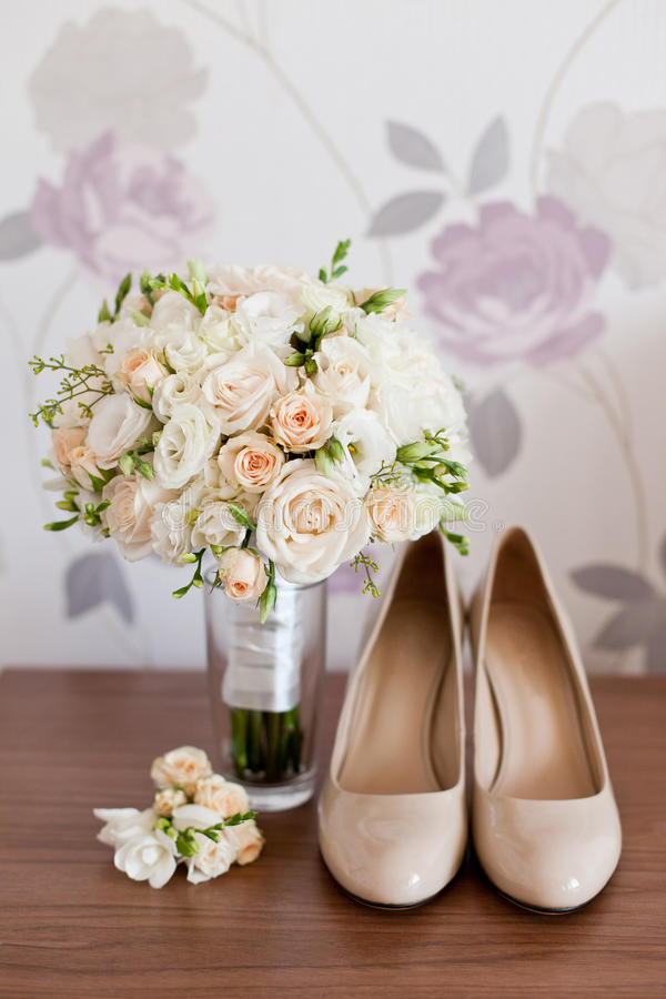 Accessori di nozze del ` s della sposa: scarpe di nozze e mazzo o boutonniere fotografia stock