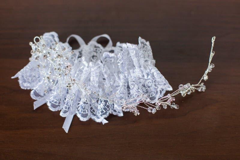 Accessori di nozze: Giarrettiera del ` s della sposa fotografie stock libere da diritti