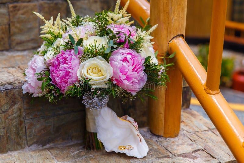 Accessori di nozze Il mazzo della sposa delle peonie e del whi rosa immagine stock