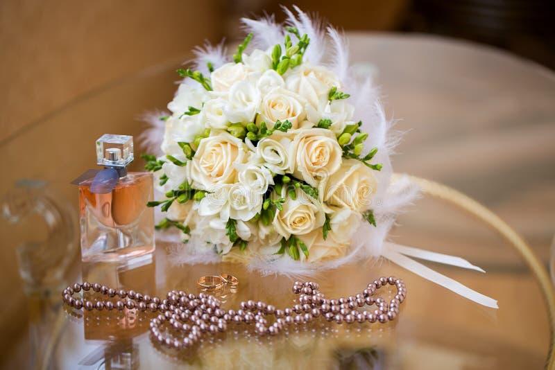 Accessori di nozze Il mazzo, le perle, i profumi e w della sposa immagine stock libera da diritti