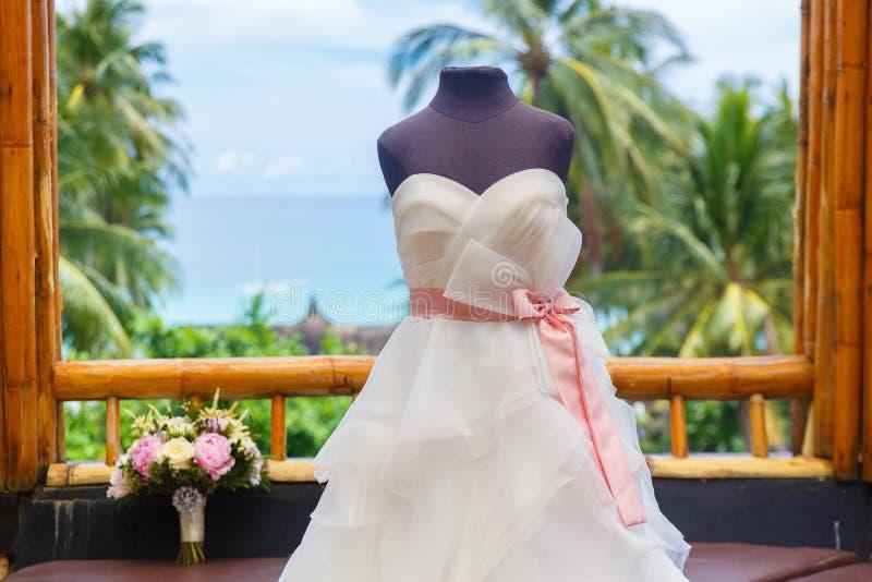 Accessori di nozze Manichino in un vestito da sposa e un mazzo immagine stock libera da diritti