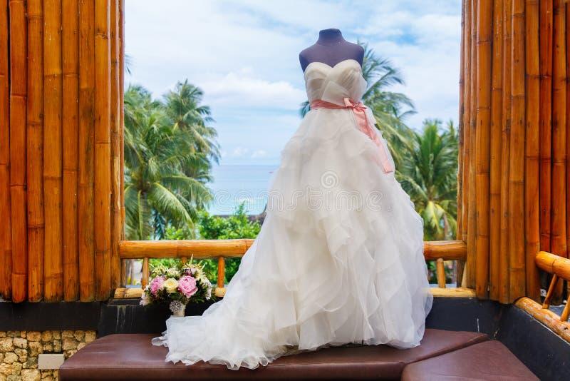 Accessori di nozze Manichino in un vestito da sposa e un mazzo fotografia stock