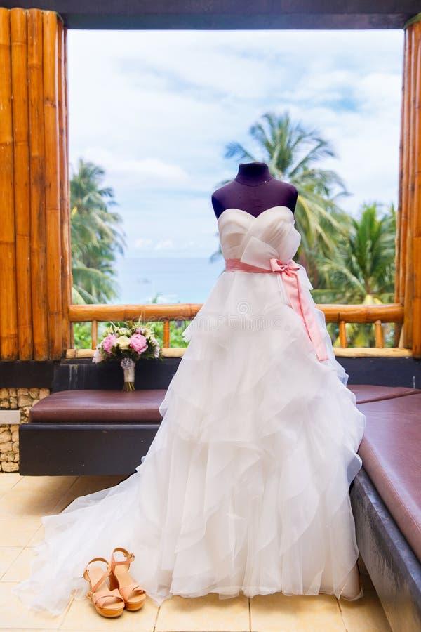 Accessori di nozze Manichino in un vestito da sposa, in scarpe ed in una b fotografia stock
