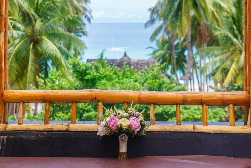 Accessori di nozze Mazzo nuziale di nozze sulla finestra di una b fotografia stock libera da diritti