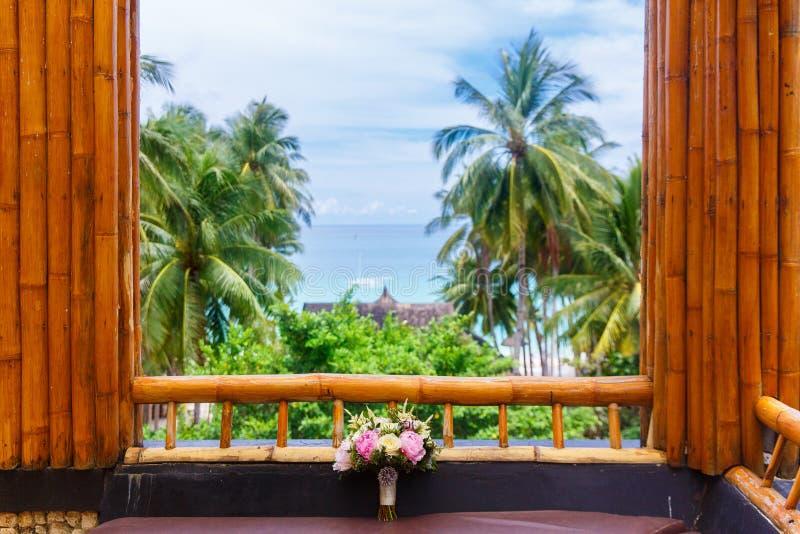 Accessori di nozze Mazzo nuziale di nozze sulla finestra di una b fotografie stock