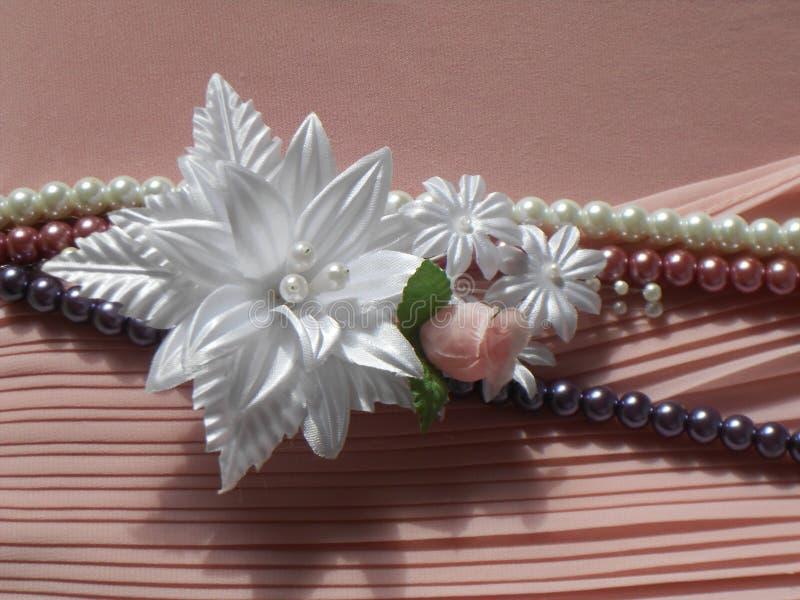 Accessori di nozze: occhiello e una serie di perle fotografia stock libera da diritti