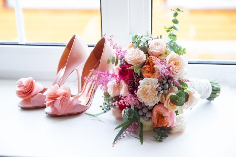 Accessori di nozze per la mattina della sposa nel rosa Weddi fotografia stock libera da diritti
