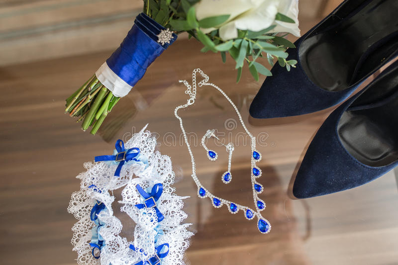 Accessori di nozze sulla tavola fotografia stock libera da diritti