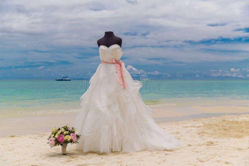 Accessori di nozze Un manichino in un vestito da sposa e un Brida immagini stock libere da diritti