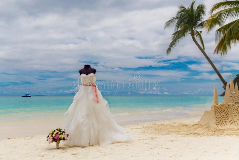 Accessori di nozze Un manichino in un vestito da sposa e un Brida immagini stock