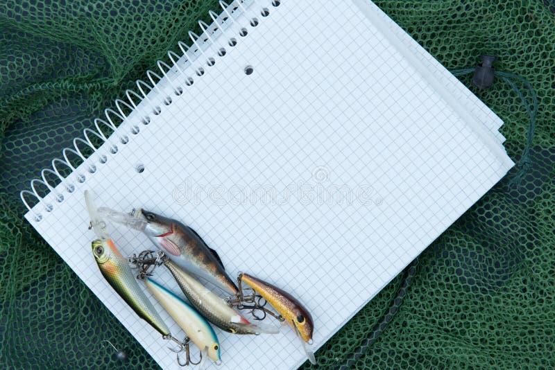 Accessori di pesca su uno sfondo naturale fotografie stock