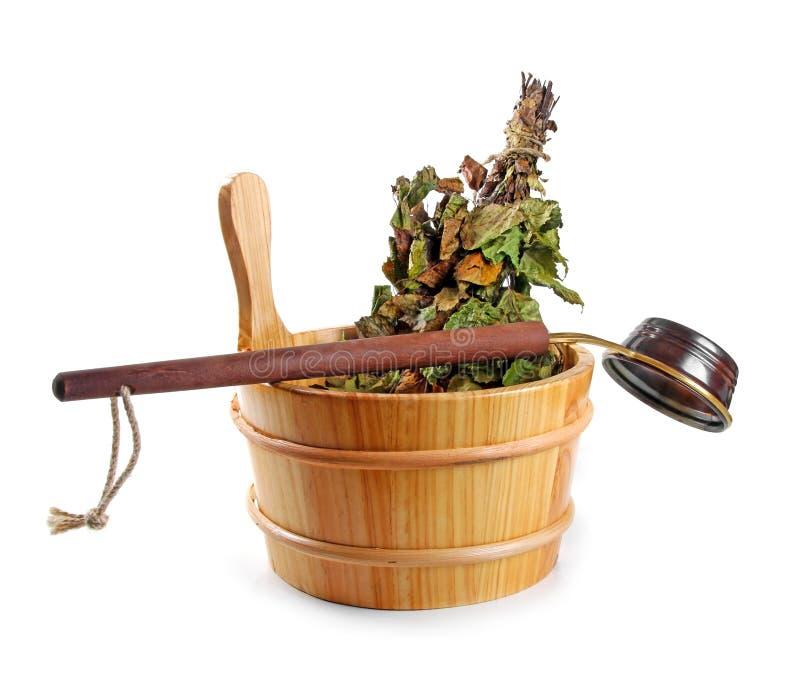 Accessori di sauna - bucket con la scopa e la siviera di betulla, isolate fotografie stock libere da diritti