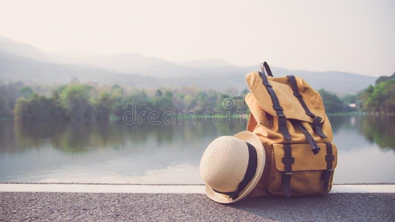 Accessori di viaggio e dello zaino, amanti di viaggio da viaggiare in un annuncio immagini stock
