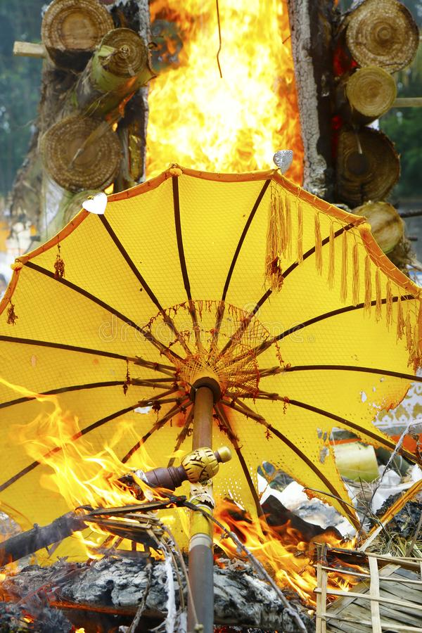Accessori ed ombrello durante la cremazione in tempio di hinduist Bali - in Indonesia immagine stock