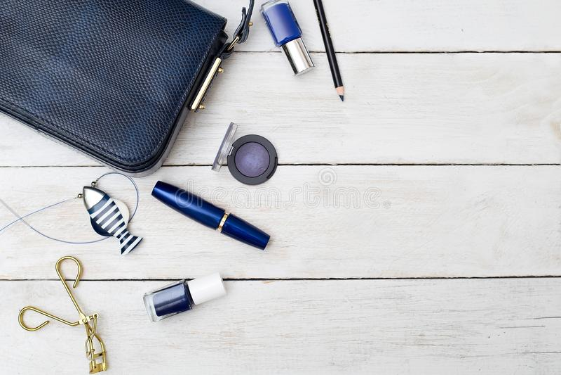 Accessori femminili La borsa ed il blu blu scuro compongono immagini stock
