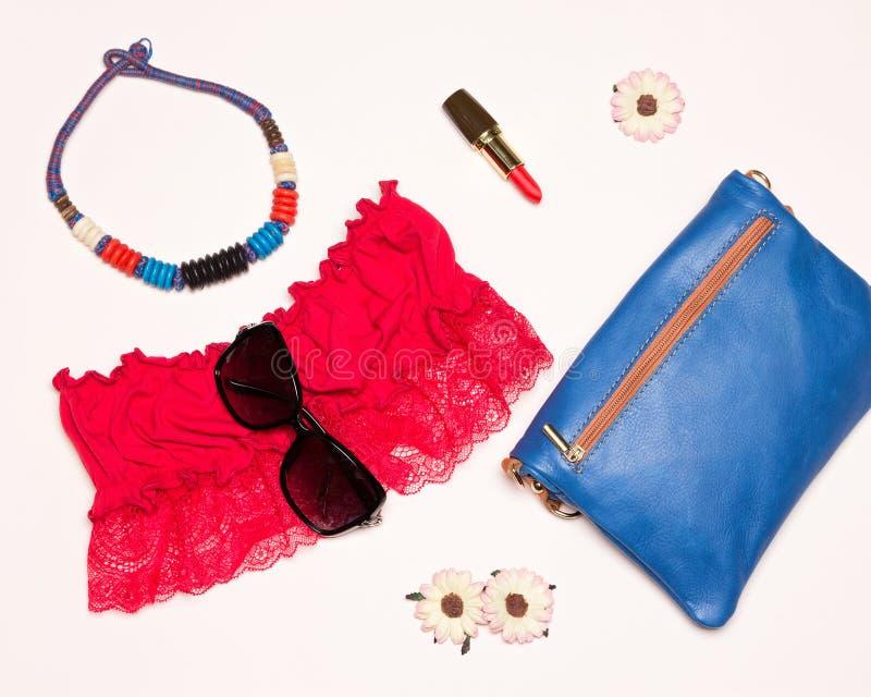 Accessori luminosi delle donne di modo per la passeggiata di estate fotografia stock libera da diritti