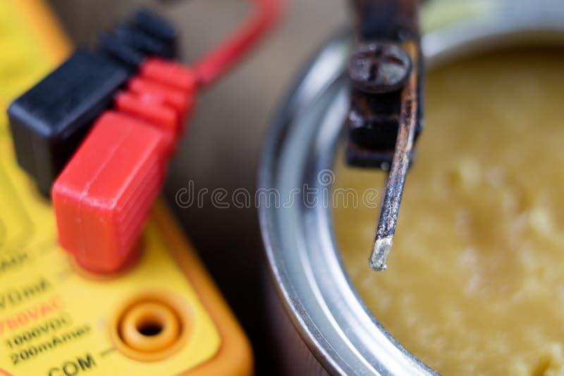 Accessori nell'officina di elettronica Saldatoio, latta e immagine stock